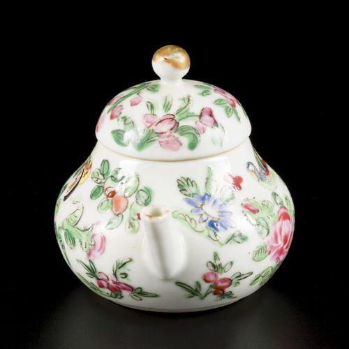 A porcelain teapot with Canton decor, China, 19th century. Dim. 8 x 11 cm. Estim…