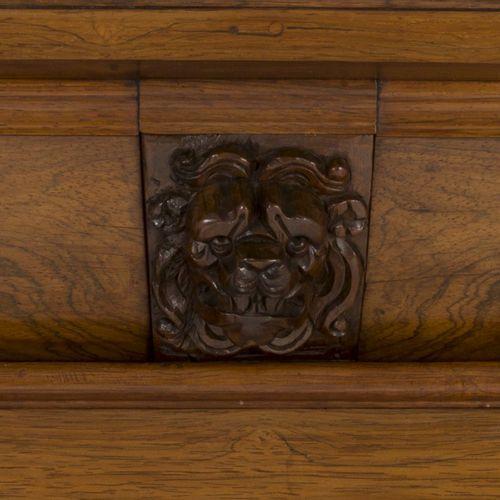 A Dutch cabinet, last quarter 17th century. 在一个大的异形廊下有两扇异形门,上面有雕刻的叶子花环,一个宽大的抽屉,靠…