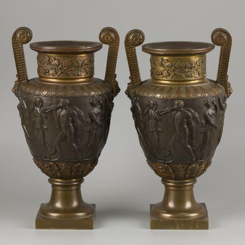 A set of (2) bronze Medici style vases, Italië, ca. 1900. 边缘有葡萄花环,器身有Bacchanti,安…