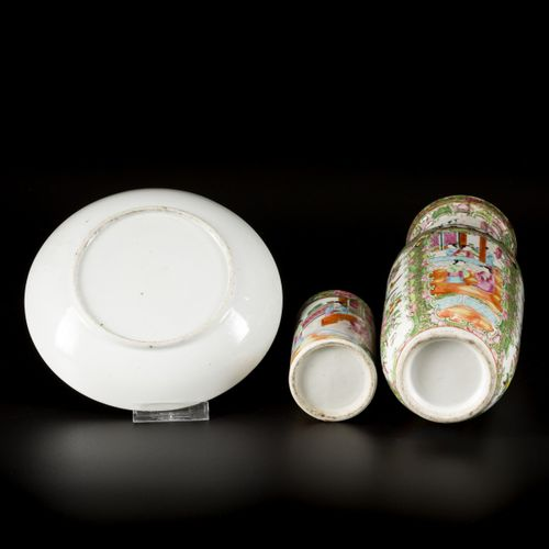 A lot comprised of porcelain a.W. A plate, vase and brush pot, all with Canton d…
