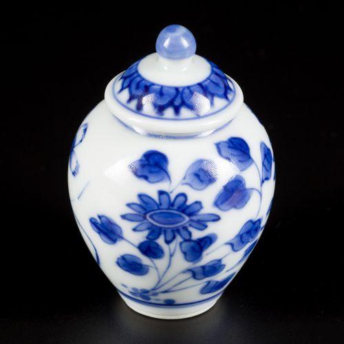 A porcelain storage jar with floral decor, China, Kangxi. H.6.5 cm.估计:600 800欧元。