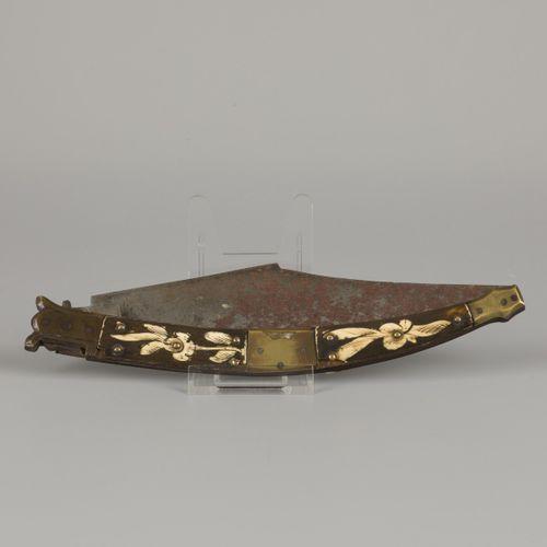 "A ""Navajo"" folding knife, Spain, 19th century. 柄上有铜和骨,骨上有花的图案。测量。长:24.1厘米。估计:60 …"