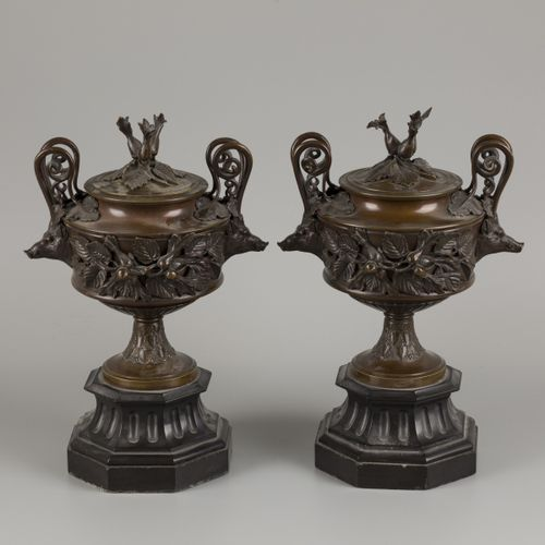 A set of chimney vases decoratred with boar heads and beechnuts, ca. 1900. 在一个黑色…