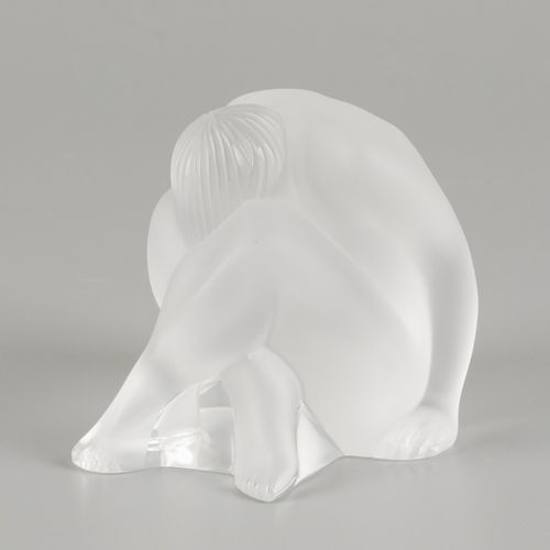 """A glass sculpture """"nu assis"""", Lalique, late 20th century. 原装盒,7 x 5厘米。估计:80 120欧…"""
