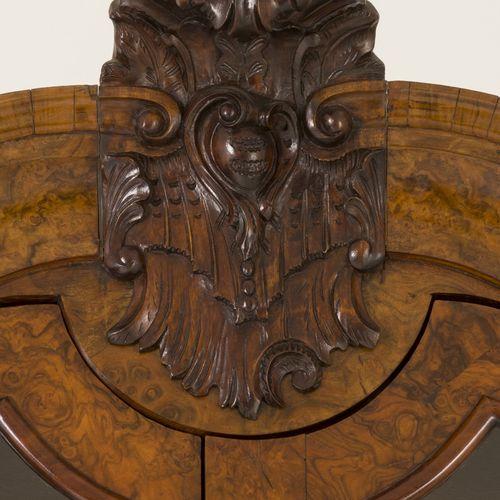 A Dutch display cabinet, ca. 1700. 扇形的檐口下有雕刻的徽章,有两块玻璃板,下部有两个抽屉,放在由担架连接的四条腿上。内部有书…