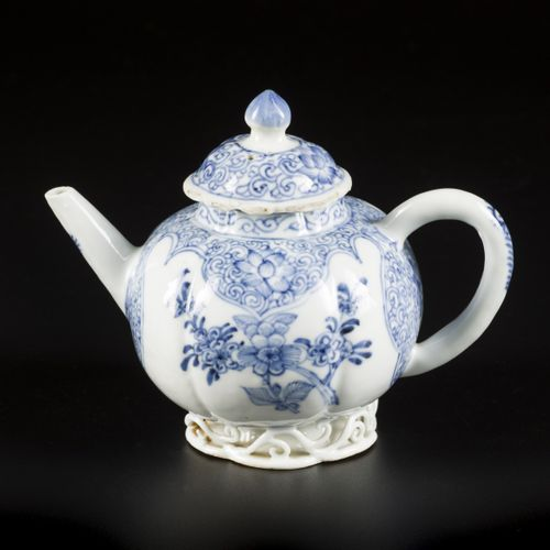 A porcelain teapot with floral decoration, China, 18th century. Dim.13 x 14厘米。盖子…