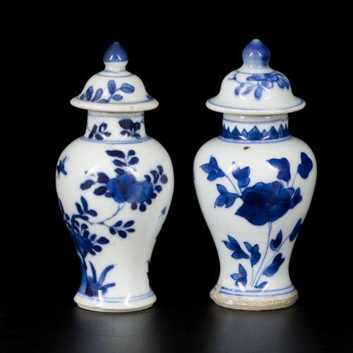 A lot comprising (2) porcelain lidded vases with floral decoration, China, Kangx…