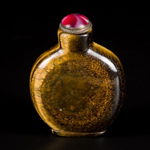 A tiger's eye snuff bottle, round model, China, 19th century. H.8厘米。估计:400 600欧元…