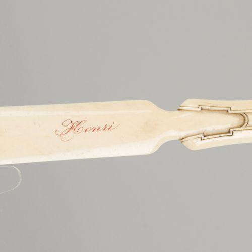 An ivory bookknife, Belgium/ France, 1st quarter 20th century. 手柄上有装饰艺术风格的图案,刀片上…