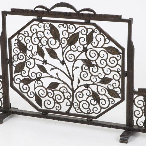 A wrought iron Art Deco firescreen, France, 2nd quarter 20th century. Le panneau…