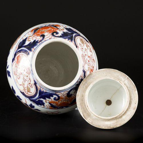 A porcelain lidded vase with Imari decoration, Japan, 18th century. Dim. 41 x 22…