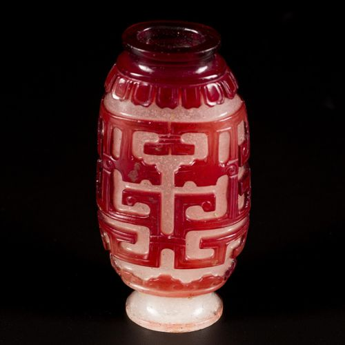 A glass snuff bottle decorated with dragons, China, 19th century. H.7厘米。估计:300 5…
