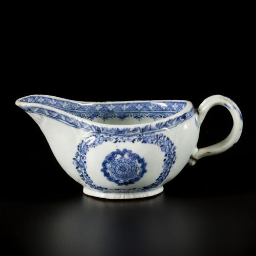 A porcelain sauce boat with floral decoration, China, 18th century. 直径18厘米。手柄已修复…