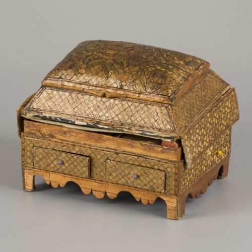 A straw marquetry onlaid sewing box, France, 2nd quarter 19th century. 有花的图案,在盖子…