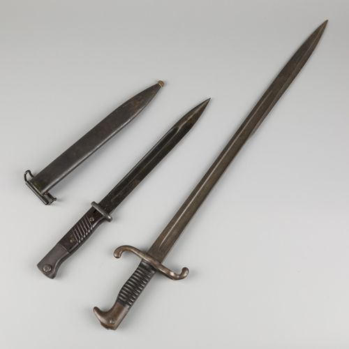 A lot comprised of (2) various German WOII bayonets, 1st half 20th century. L'un…