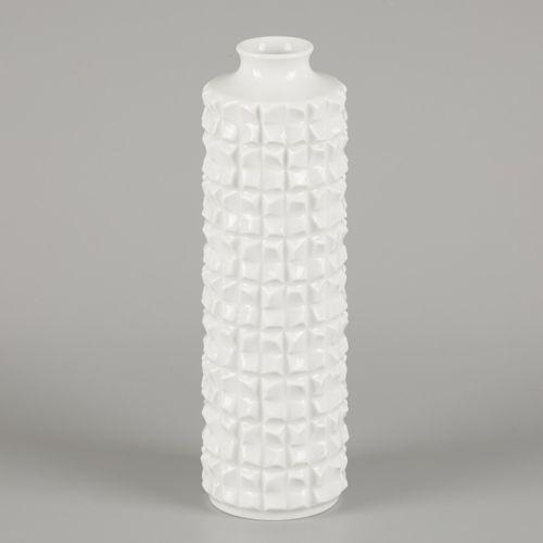 A porcelain design vase, Meissen, late 20th century. Dim.24 x 8 cm.估计:50 100欧元。