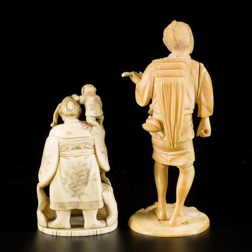 A lot comprised of (2) okimonos, Japan, Meji period. H.10.5 & 15.5 cm.估计:30 50欧元…