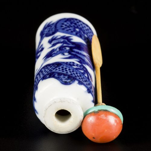 A porcelain snuff bottle decorated with dragons, China Jiaqing. H. 7 cm. Estimat…