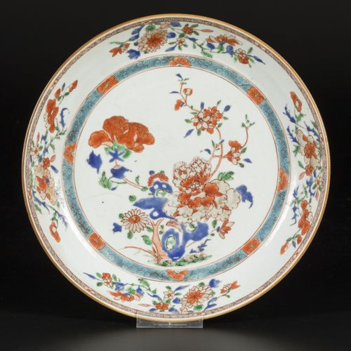A porcelain charger with floral decorations, China, 18th century. Diam. 28 cm. E…