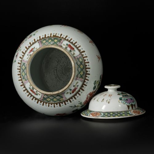 A porcelain lidded vase with floral decor, China, 19th/20th century. Dim. 43 x 2…