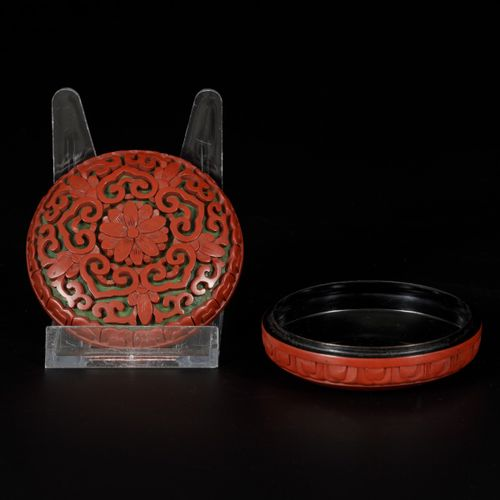 A lidded box in red lacquer, China, 20th century. Diam. 8 cm. Estimation : 50 10…