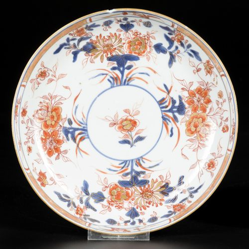 A lot of (2) porcelain deep Imari dishes with floral decoration, China, 18th cen…