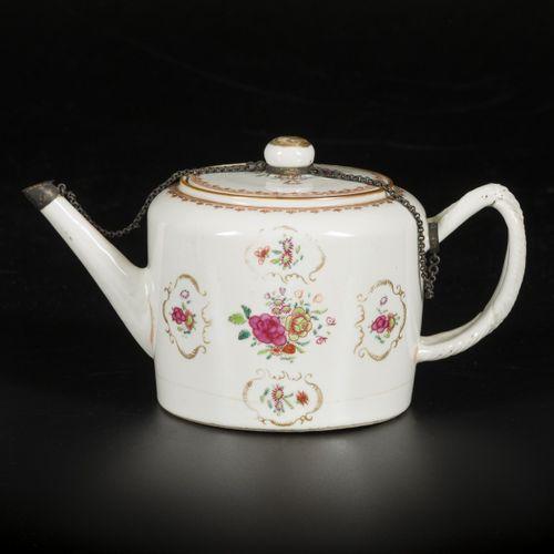 A porcelain teapot with famille rose decor, China, 18th century. Dim. 15 x 25 cm…