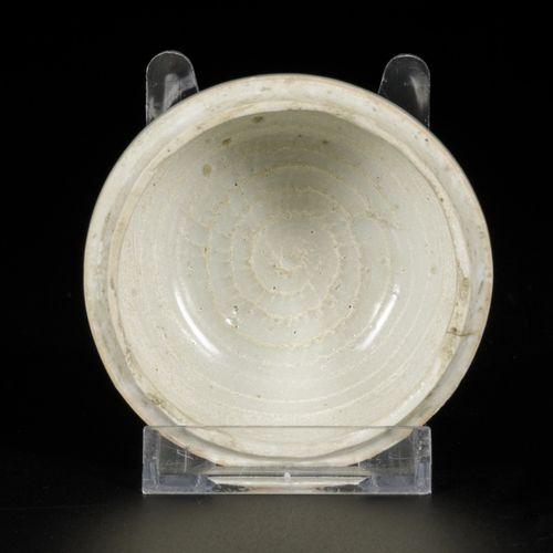 A porcelain lidded box with floral decor, China, Ming. Dim. 7 x 9 cm. Éclat à l'…