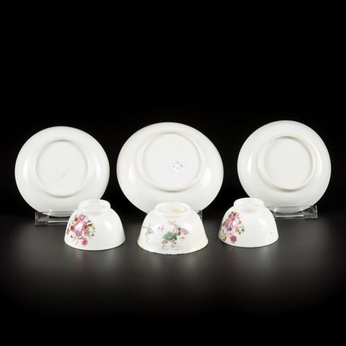 A lot comprised of (2+1) porcelain cups and saucers with famille rose decor, Chi…