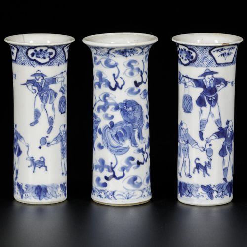 A lot of (4) porcelain vases with decor of foo dogs and playing figures. China, …