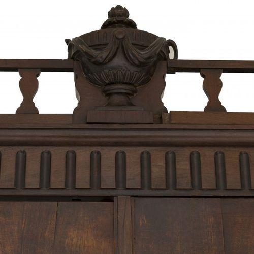 A mahogany Louis XVI cabinet, Dutch, ca. 1780. 檐口有镂空的画廊,上面有两扇门,有雕刻的细节,下部有三个抽屉,有黄…