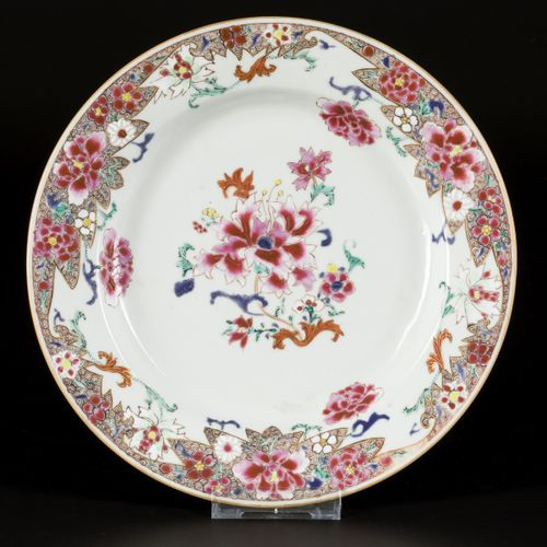 A porcelain plate with floral decoration, China, Yongzheng/Qianglong. 直径23厘米。有毛边…