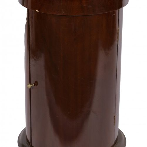 A Biedermeier style mahogany night stand, 1st half 20th century. 黑色大理石桌面上有异形的边框,…