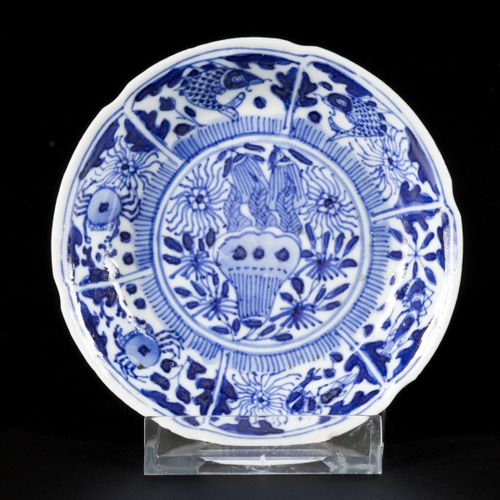 A lot comprising (3) porcelain plates with floral decoration, (2) marked Kangxi,…