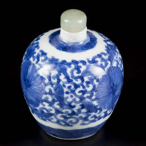 A porcelain snuff bottle with floral decoration, China, 19th century. H.8厘米。估计:4…