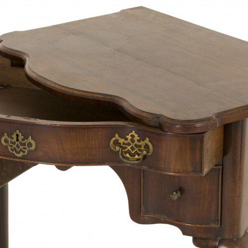 A mahogany veneered 'kneehole' desk, England, 18th century. 顶部下面有一个抽屉,两边是两个深的抽屉,…