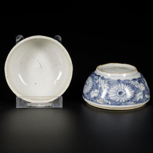 A porcelain lidded box with floral decorations, China, Wanli. Dim. 8 x 10 cm. Es…