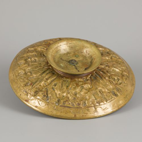 A bronze tazza with decor in high relief, France(?), ca. 1900. 一个中央坐着的女性形象被奥林匹斯山…