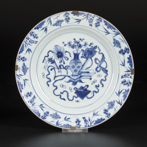 A porcelain charger decorated with antiques, China, Qianglong. Diam. 28 cm. Dégâ…