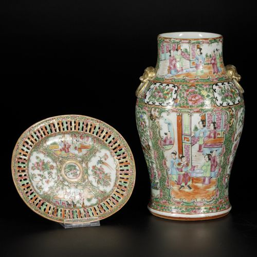 A lot consisting of a porcelain vase and a bowl with an open edge in Canton deco…