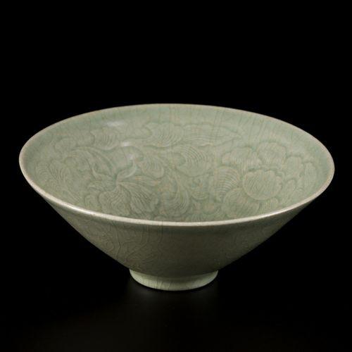 A celadon bowl, Korea, 15 century. Dim.6 x 16 cm.估计:1500 2500欧元。