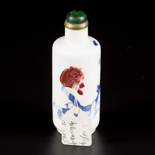 A porcelain snuff bottle with decoration of fighting figures, China, 19th centur…