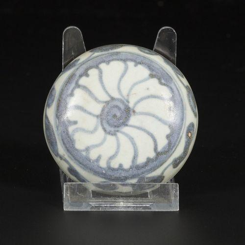 A porcelain lidded box with floral decorations, China, Ming. Dim. 7 x 8 cm. Esti…