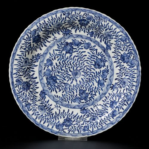 A porcelain ribbed charger with floral decoration, China, Kangxi. Diam. 27 cm. É…