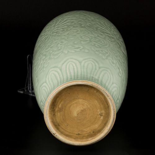 A porcelain celadon vase with floral decoration, China, 19th century. H.38厘米。估计:…
