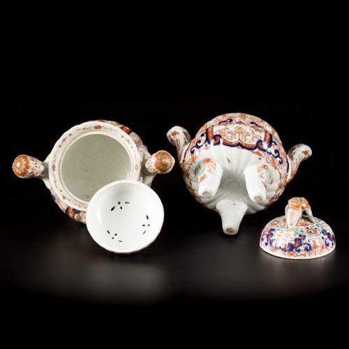 A set of (2) Arita Imari incense burners, Japan, Meiji, late 19th century. 盖子有顶盖…