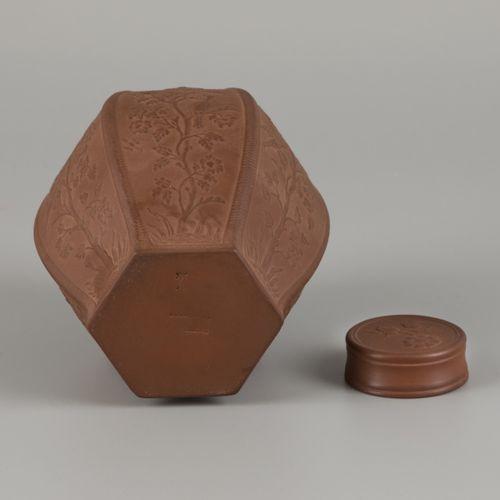 """A """"Böttger Steinzeug"""" tea caddy, Meissen, 20th century. 尺寸。13 x 10 cm.估计:50 100欧…"""