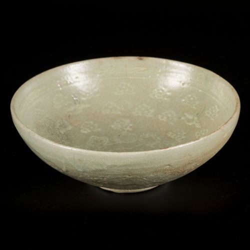 A lot comprised of (2) glazed earthenware bowls, Korea, 13th century. Dim. 7,5 x…