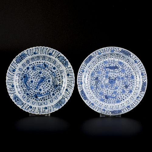 A lot of (4) porcelain plates with crab and perch decoration, marked Kangxi, Chi…