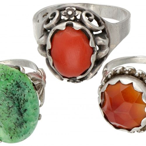 Lot comprising 3 silver vintage rings set with carnelian and red coral 835/1000.…